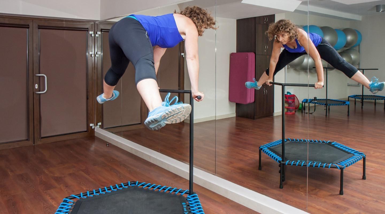 Reife Frau auf Trampolin bei Trainingsangebote Jumping Fitness vor Spiegel im Ladys 1st Frauenfitness Potsdam