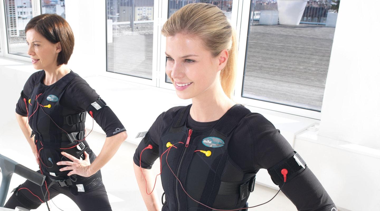 Zwei Frauen bei EMS-Training Workout Uebung Ladys 1st Frauenfitness Potsdam