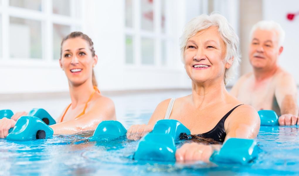 Seniorin Frau Mann im Wasser Aquafitness Kurs Ladys 1st Potsdam