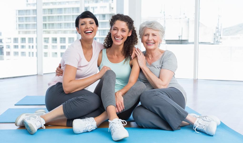 Gruppe Frauen glücklich lachend Training Yogamatte Standort WilhelmGalerie Ladys 1st Frauenfitness Potsdam