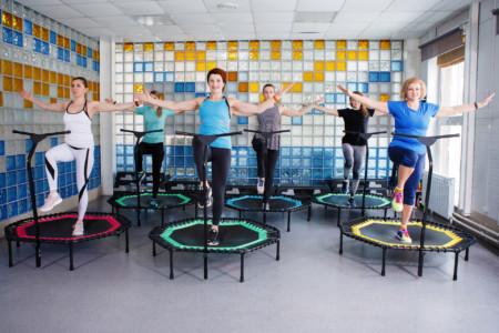 Gruppe Reife Frauen Jumping Fitness Trainingsangebot springt auf Trampolin im Ladys 1st Frauenfitness Potsdam
