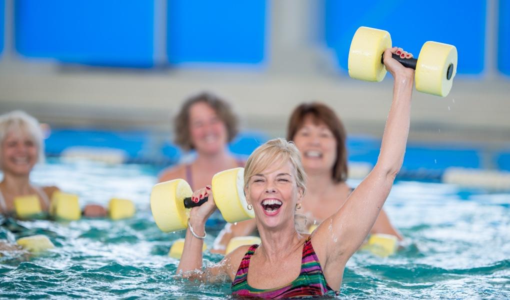 Gruppe reifer Frauen Aquafitness Kurs Ladys 1st Frauenfitness Potsdam