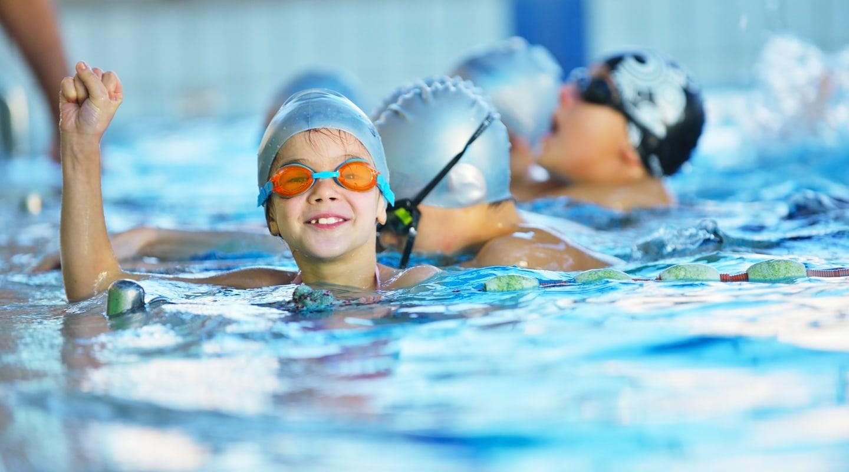 Gruppe Kinder im Wasser bei Trainingsangebote Kinderschwimmkurs Ladys 1st Potsdam