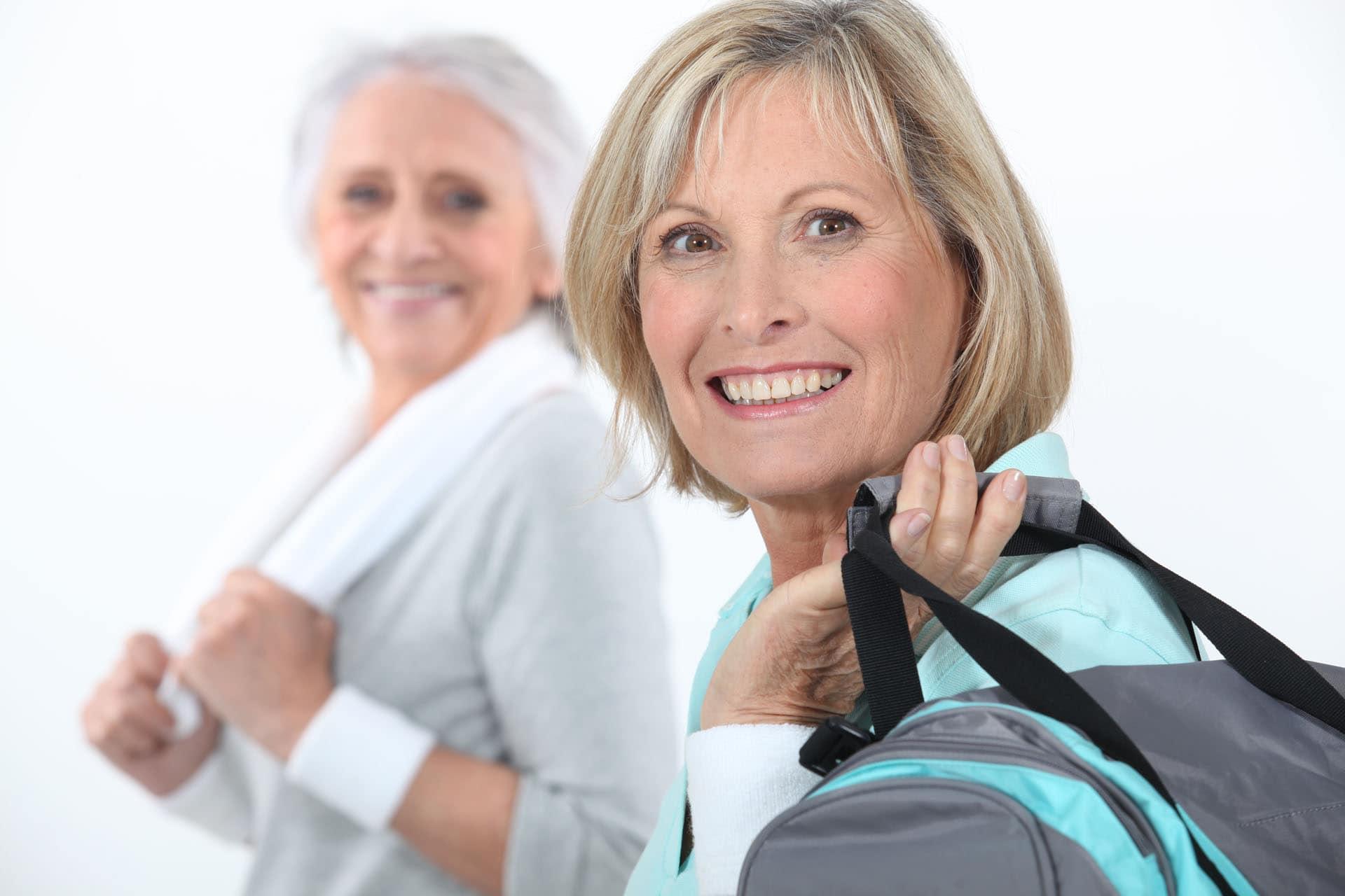 Zwei Reife Frauen nach Fitness mit Trainingstasche Kurse Kursangebote im Ladys 1st Frauenfitness Potsdam