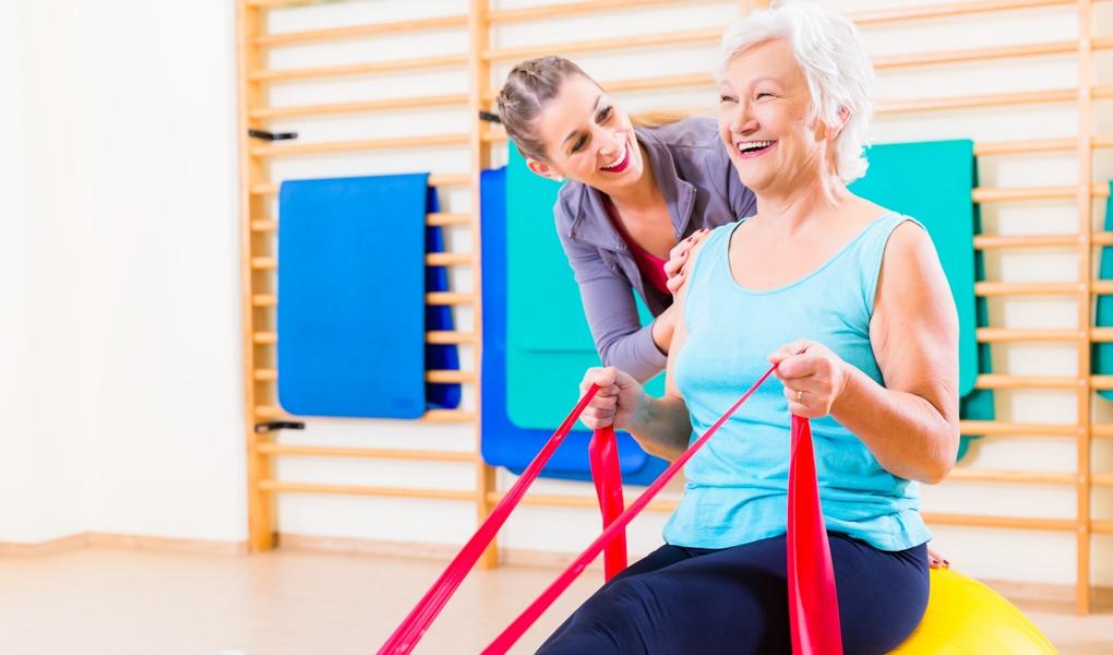 Seniorin Reha-Sport Hilfestellung Übung Trainerin Ladys 1st Frauenfitness Potsdam