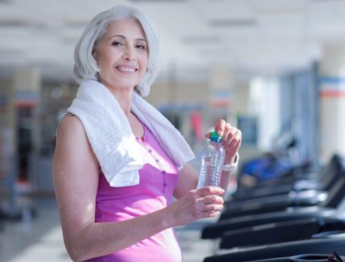 Seniorin Laufband Wasser Getränke inklusive Angebot Mitgliedschaft Ladys 1st Frauenfitness Potsdam
