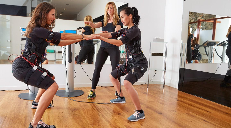 Trainerin absolviert mit zwei Frauen EMS-Training Trainingsangebote Ladys 1st Frauenfitness Potsdam
